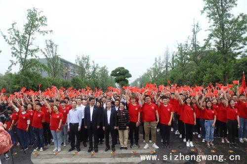 学校领导与青年团员齐聚龙湖广场参与主题团日活动.jpg
